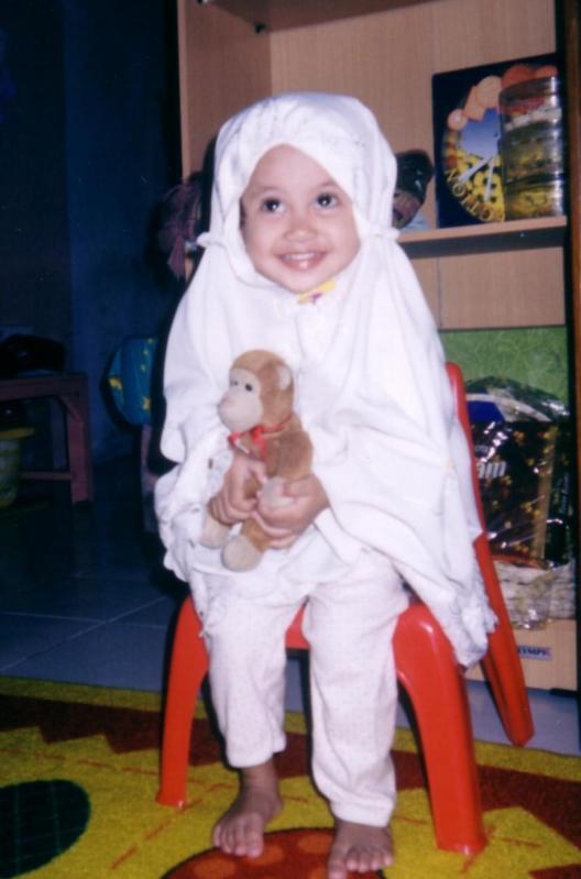 Hana memegang boneka