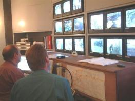 Foto Control Room CCTV. Kalau ini kecanggihan. Untuk SMU 1 TV dan alat perekam sudah cukup - http://www.teignbridge.gov.uk