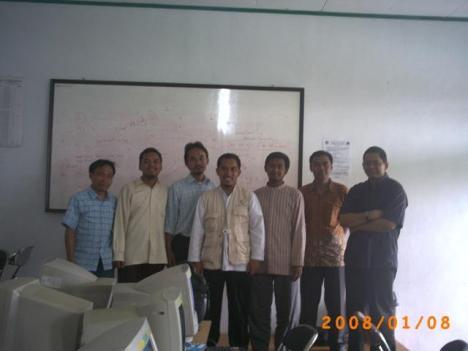 Foto bareng Tim IGOS Codecamp dengan para Asatidz dari Ponpes Rancabango dan Asy Syifaa