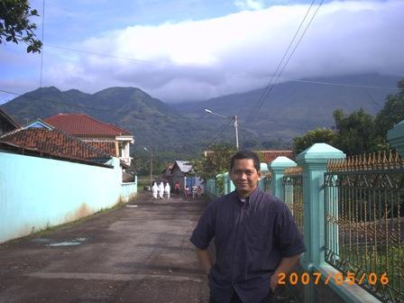 Foto Ponpes Rancabango dengan latar belakang bukit yang menghijau. Sayang bukitnya sudah mulai gundul