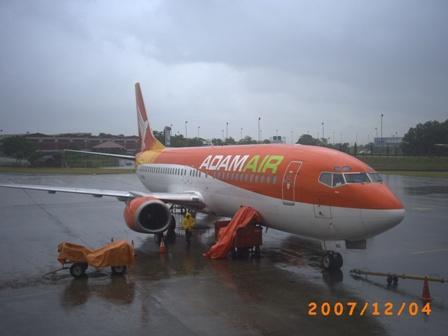 Pesawat tengah menurunkan bagasi