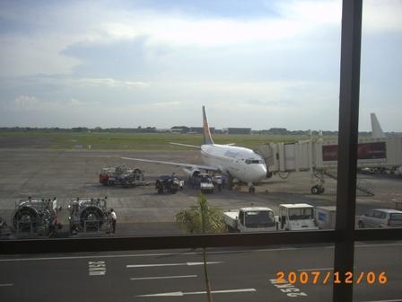 Pesawat tengah memuat bagasi penumpang