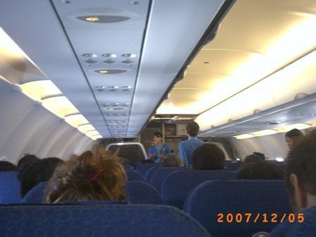 Pramugari Mandala Airline Menjelaskan prosedurkeselamatan