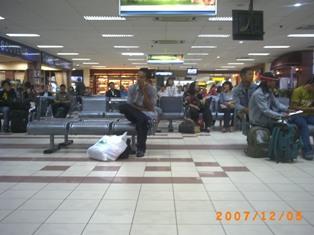 Menunggu Pesawat di Ruang Tunggu Bandara Ngurah RaiDenpasar