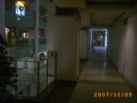 Mall Tunjungan Plaza sebelum buka dibersihkan dulu oleh para petugas