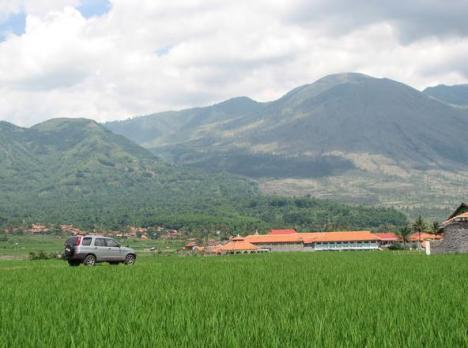 Pesantren Rancabango dengan latar belakang Gunung (Foto oleh EkoBS)
