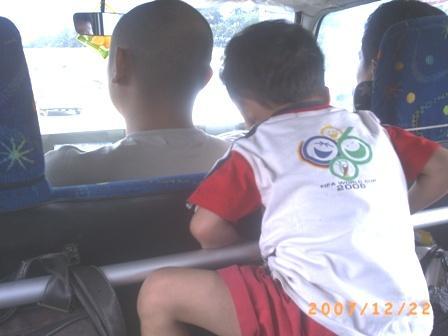 Irfan tidak bisa diam di mobil sampai akhirnya menangis karena kakinya kejepit