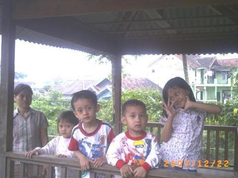 Irfan, Hana, dan Fikrat lagi santai di Saung