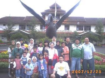 Foto Bareng di Taman Bunga Nusantara
