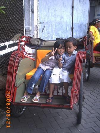 Hana Hanifah (6 thn) dan Muhammad Irfan (3 thn) berfoto di atas becak