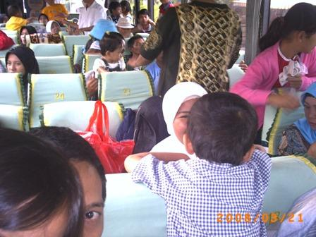 Irfan tidak bisa diam di dalam bis