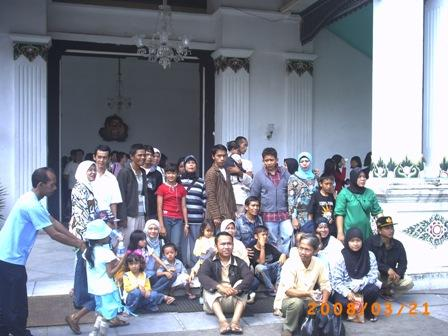 Foto ramai-ramai di depan Keraton Yogyakarta