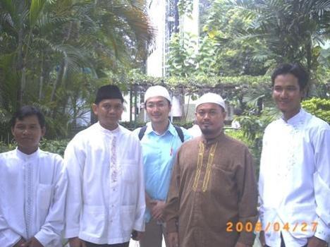 Foto bersama dengan Ustad Ahmad Sarwat, mas Abu, dan Panitia