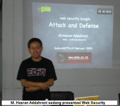 Akh Roni sedang presentasi Web Security