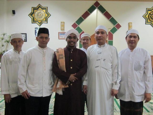 Foto bersama KH Mohamad Hidayat, Ustad Fikri,dan Pengurus YMA dan Masjid At Taubah