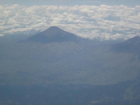 Melintasi Gunung dengan Pesawat Baling-baling