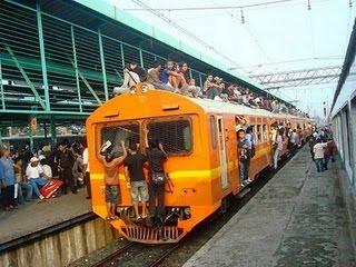 Kereta Api Penuh Berdesakan