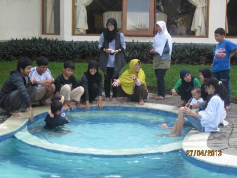 Foto Keluarga di Kolam Renang Bukit Panorama